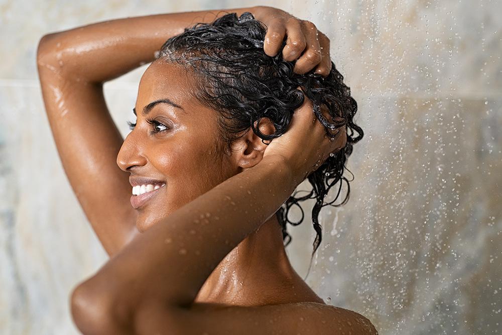 Evite lavar o cabelo com água quente